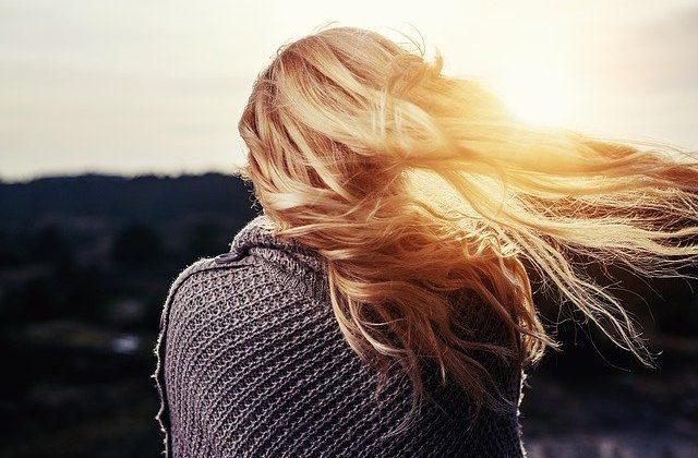 jak vymýt barvu z vlasů